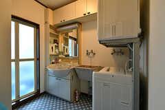 脱衣室の様子。洗面台と洗濯機、乾燥機が設置されています。(2017-10-12,共用部,BATH,1F)