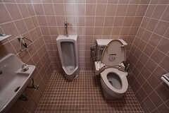 ウォシュレット付きトイレと立ち式トイレが同室です。(2017-10-12,共用部,TOILET,1F)