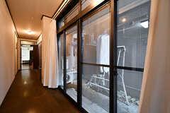 掃き出し窓の外には洗濯物が干せます。(2017-10-12,共用部,OTHER,1F)
