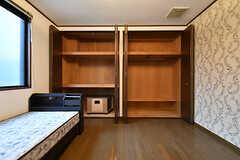 クローゼットは大容量。(105号室)(2017-10-12,専有部,ROOM,1F)
