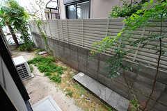 掃き出し窓からは庭に出られます。(106号室)(2017-10-12,専有部,ROOM,1F)