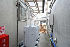 洗濯機の様子。屋外ですが、屋根付きです。(2019-10-17,共用部,LAUNDRY,1F)