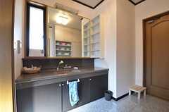 脱衣室の様子2。洗面台は広めです。(2014-10-16,共用部,BATH,1F)