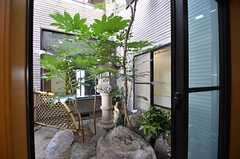中庭の様子。日本庭園風です。(2014-10-16,共用部,OTHER,1F)