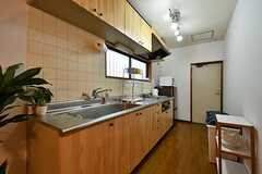 キッチンの様子。対面にバスルームがあります。(A棟)(2017-02-09,共用部,KITCHEN,1F)
