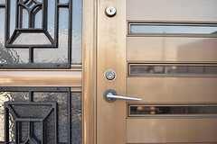 玄関のドアハンドル。(B棟)(2017-03-09,周辺環境,ENTRANCE,1F)