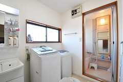 洗面台脇に洗濯機が2台設置されています。奥がバスルームです。(B棟)(2017-03-09,共用部,LAUNDRY,1F)
