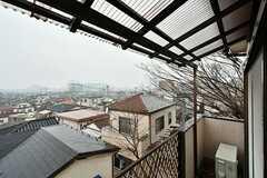 ベランダの様子。屋根付きです。(C201号室)(2017-02-09,専有部,ROOM,2F)