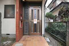 シェアハウスの正面玄関。(2013-12-09,周辺環境,ENTRANCE,1F)