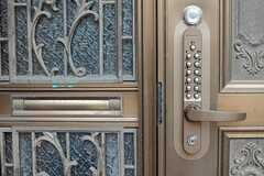 玄関ドアの様子。(2013-12-09,周辺環境,ENTRANCE,1F)