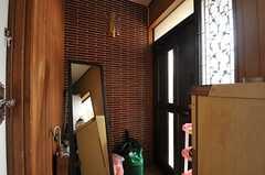 内部から見た玄関周辺の様子。(2013-12-09,周辺環境,ENTRANCE,1F)