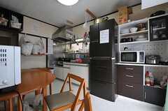 ダイニングとキッチンの様子。(2013-12-09,共用部,LIVINGROOM,1F)