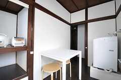 リビングの様子2.入口脇に洗濯機が設置されています。(2012-08-24,共用部,LIVINGROOM,2F)