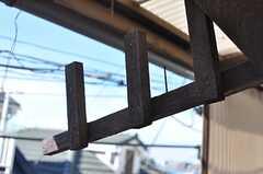 窓の外には、物干し用の木製の器具が設置されています。(101号室)(2012-08-24,専有部,ROOM,1F)
