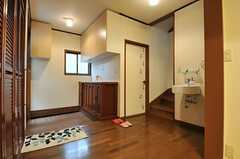 リビングから見た玄関周りの様子。階段脇のドアは水まわり設備です。(2014-03-20,共用部,LIVINGROOM,1F)