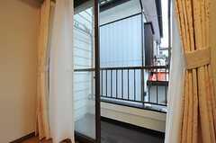窓の外にはベランダがあります。(2014-03-20,共用部,LIVINGROOM,2F)
