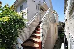 2階へは外階段からもアクセスできます。階段は雨水がたまらないよう加工されています。(2013-04-22,周辺環境,ENTRANCE,1F)