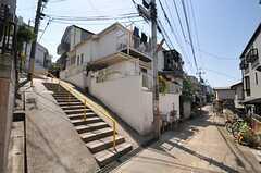シェアハウス周辺の様子。すぐ近くに急な階段があります。(2013-04-22,共用部,ENVIRONMENT,1F)