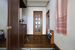 玄関から見た内部の様子。正面がリビングの入り口です。(2017-07-20,周辺環境,ENTRANCE,1F)