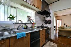 キッチンの様子。リビングとすぐに行き来できます。(2017-07-20,共用部,KITCHEN,1F)
