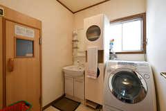 脱衣室の様子。洗面台と洗濯機が設置されています。(2017-07-20,共用部,BATH,1F)