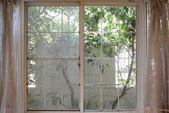 窓の外は緑。晴れた日は木漏れ日が気持ちが良いです。(103号室)(2017-07-20,専有部,ROOM,1F)