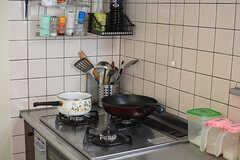 ガスコンロの様子。調味料がすぐ手に取れる場所に置かれています。(2017-07-20,共用部,KITCHEN,2F)