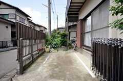 自転車置場の様子。車も応相談。(2009-06-17,共用部,GARAGE,1F)