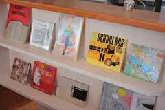 絵本や雑誌が飾られています。(2020-03-17,共用部,LIVINGROOM,2F)