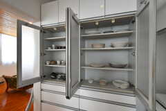 食器棚の様子。基本的に食器類は各自で用意が必要ですが、共用のものも使用OK。作家さんの作品が多く並んでいます。(2020-03-17,共用部,KITCHEN,2F)