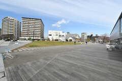 「アリオ川口」の敷地内は芝生もあり、のんびりとした雰囲気です。(2020-03-17,共用部,ENVIRONMENT,1F)