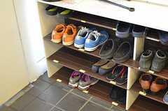 靴を1足、玄関脇に置くことができます。(2013-11-06,周辺環境,ENTRANCE,1F)