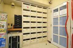 ラウンジへ続く扉の脇には、部屋ごとに使える収納があります。(2013-11-06,共用部,OTHER,1F)