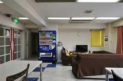 自動販売機があります。(2013-11-06,共用部,LIVINGROOM,1F)