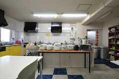 ラウンジから見たキッチンの様子。(2013-11-06,共用部,KITCHEN,1F)