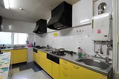 キッチンはL字型。(2013-11-06,共用部,KITCHEN,1F)