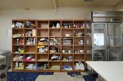 部屋ごとに分けられた食材などを置けるスペース。(2013-11-06,共用部,KITCHEN,1F)