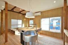 リビングの様子2。キッチンとしても使えるスタンドテーブルが設置されています。(2020-03-16,共用部,LIVINGROOM,2F)