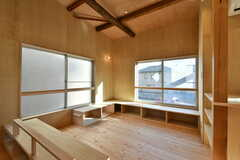 リビングの様子5。窓際はソファ代わりのベンチが並んでいます。収納としても使えます。(2020-03-16,共用部,LIVINGROOM,2F)