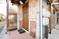 玄関の様子。人感センサーライトが設置されています。玄関脇のダイヤル式ポストは専有部ごとに用意されています。(2017-01-11,周辺環境,ENTRANCE,1F)