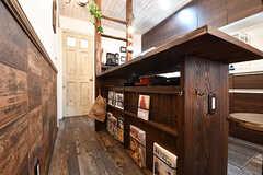 カウンターテーブルの下は料理本が収納されています。料理本は「簡単に作れる居酒屋つまみ」などのレシピ本とのこと。(2017-01-11,共用部,LIVINGROOM,1F)