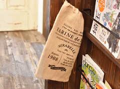 料理本の脇には、専有部ごとに野菜用の麻袋が用意されています。(2017-01-11,共用部,OTHER,1F)