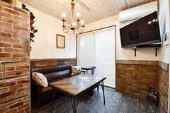 ソファスペースの様子。テーブルは事業者さんによるDIYです。(2017-01-11,共用部,LIVINGROOM,1F)