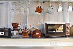 IHクッキングヒーターの上にはコーヒーミルやオーブントースターが並んでいます。(2017-01-11,共用部,KITCHEN,1F)