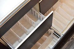 キッチン台の下は、専有部ごとに容器で仕分けられています。1人4個ずつ用意されています。(2017-01-11,共用部,KITCHEN,1F)