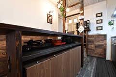 カウンターテーブルには、キッチン家電や調理器具が収納されています。(2017-01-11,共用部,KITCHEN,1F)