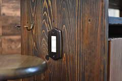 カウンターテーブル脇には電源コンセントが設置されています。IHクッキングヒーターを使う時に便利とのこと。(2017-01-11,共用部,KITCHEN,1F)