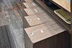 カウンターテーブル下には、ゴミ箱が収納されています。ゴミは分別式です。ゴミは外のストッカーに入れることもできます。(2017-01-11,共用部,KITCHEN,1F)