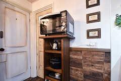 キッチン脇の収納棚にはオーブンレンジ、電子ケトル、炊飯器が設置されています。収納棚脇が水まわり設備です。(2017-01-11,共用部,KITCHEN,1F)
