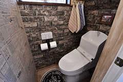 ウォシュレット付きトイレの様子。フランスの新聞とレンガの壁が印象的です。(2017-01-11,共用部,TOILET,1F)